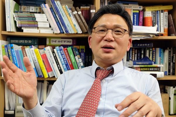 오문성 한양여대 교수가 19일 본인의 연구실에서 암호화폐 소득세 과세 방침에 대해 설명하고 있다. 출처=김동환/코인데스크코리아